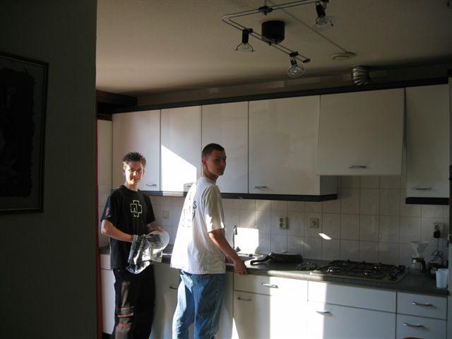 Dennis en Chris aan de afwas