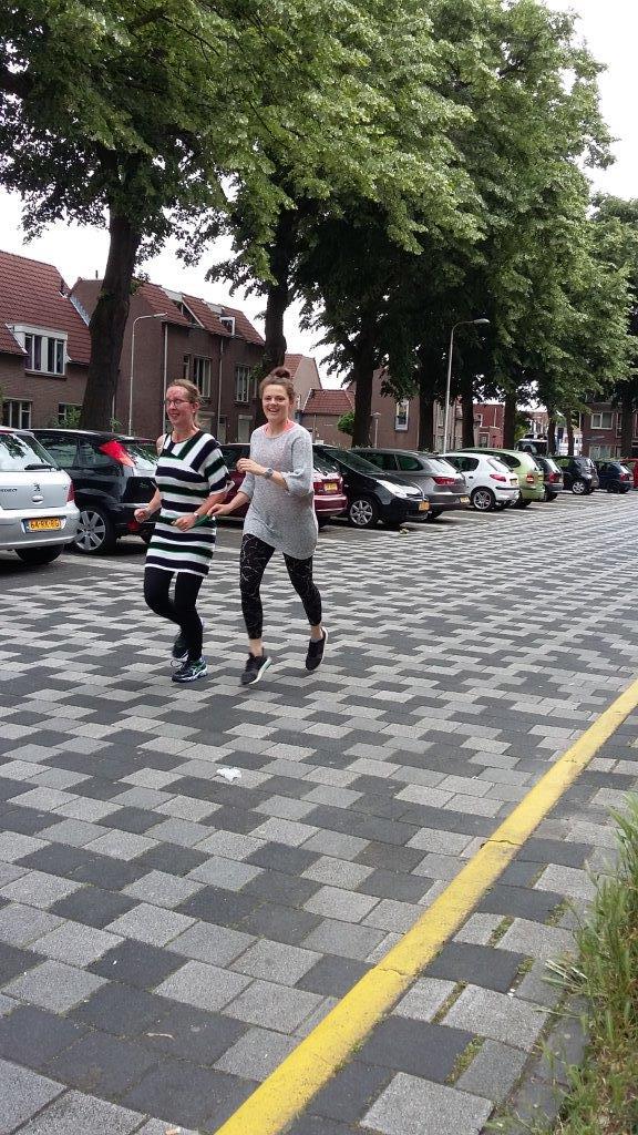 Kim en Ester hardlopend op straat