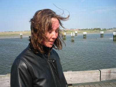 Kim met wapperende haren in de wind