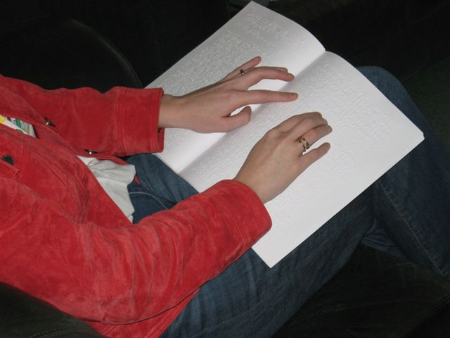Kim leest braille