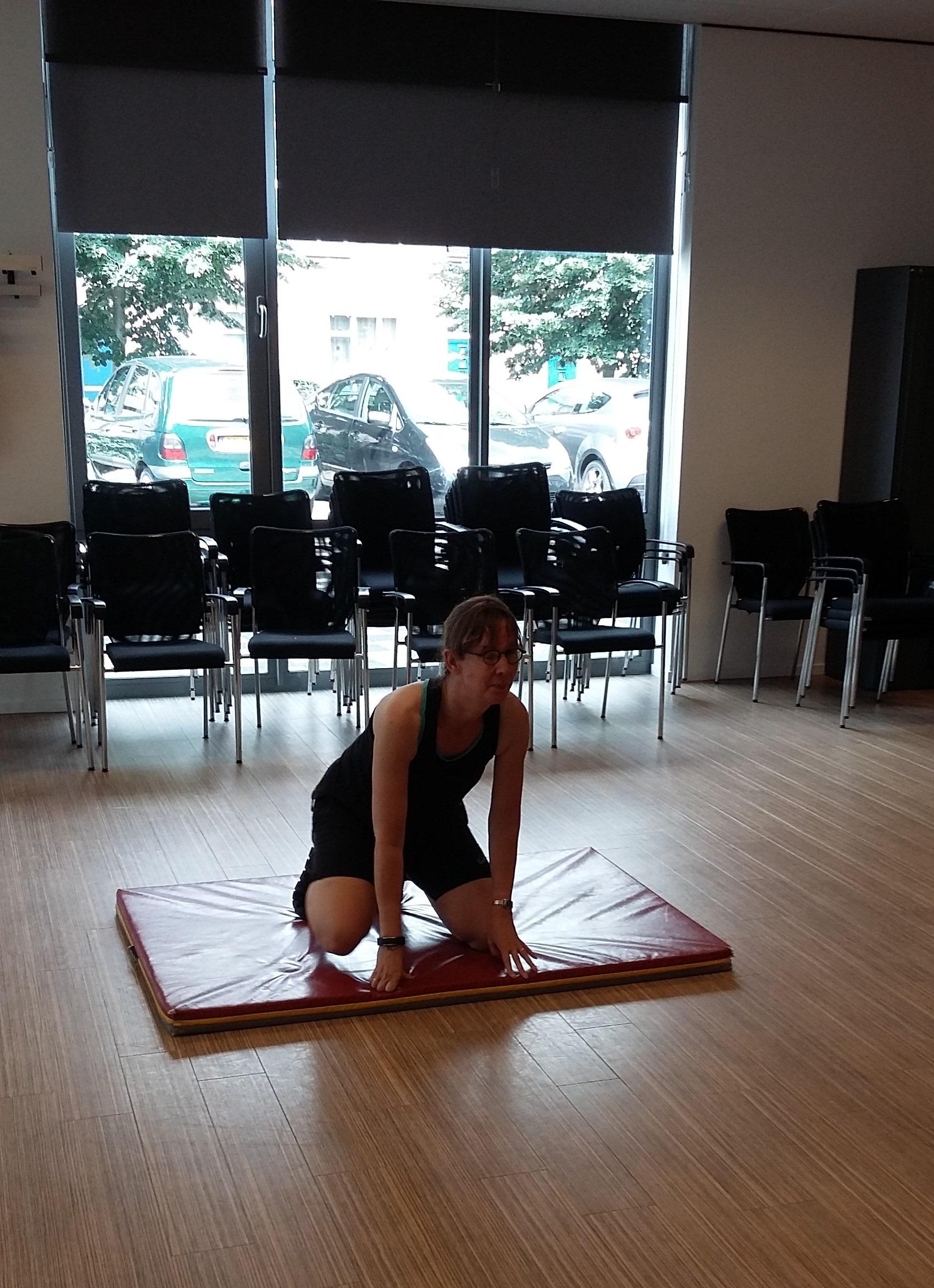 Kim tijdens het sporten op de mat