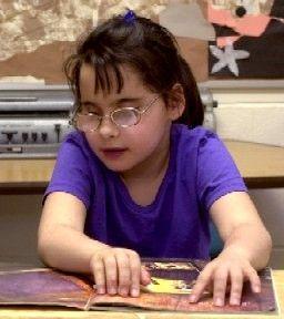Meisje leest braille, dus onbeperkt lezen